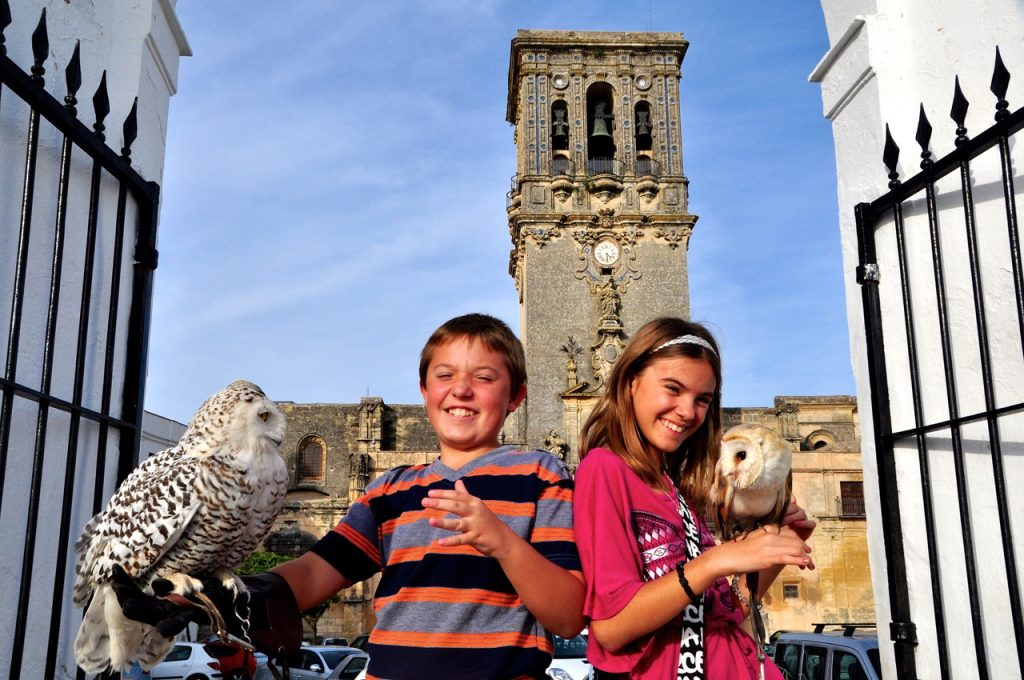 Lalika and Reka with owls in Arcos
